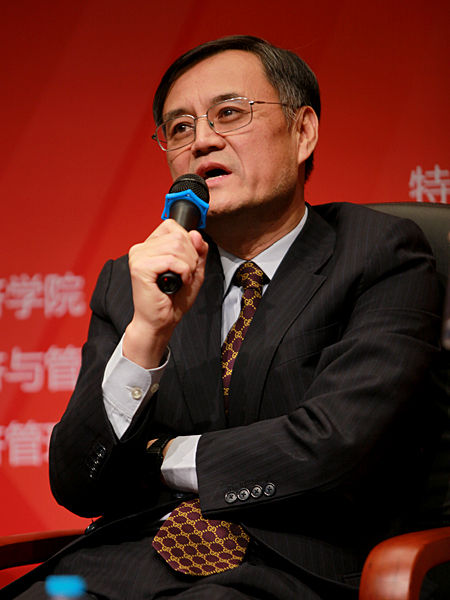 """""""中国经济学家年度论坛暨中国经济理论创新奖(2012)颁奖典礼""""于2012年11月17日在北京召开。上图为清华大学经济管理学院院长钱颖一。(图片来源:新浪财经 梁斌 摄)"""