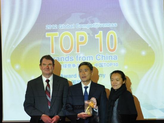 """""""全球竞争力与可持续发展活动""""于2012年12月7日在美国举行。上图为""""全球竞争力品牌・中国TOP10""""评选入选企业:中石化。中石化同时获得最具社会责任品牌。(图片来源:新浪财经)"""