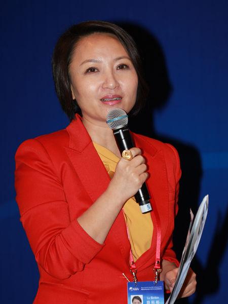 """""""博鳌亚洲论坛2013年中小企业发展论坛""""于2013年1月16日-19日在海南博鳌召开。上图为《名人堂》制片人、主持人路彬彬。(图片来源:新浪财经 梁斌 摄)"""