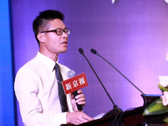 """""""2013中国青年经济学人论坛""""于7月24日下午在北京举行。上图为新京报副总编辑何龙盛。(图片来源:新浪财经 梁斌 摄)"""
