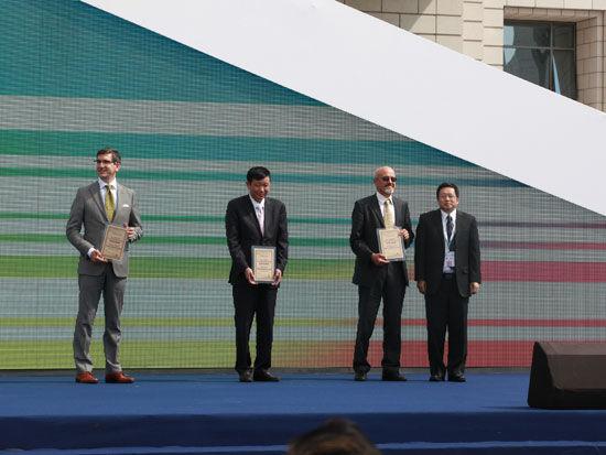 """""""2013中国国际太阳能十项全能竞赛""""开幕式于8月2日在大同市举行。上图为赞助商授牌仪式。(图片来源:新浪财经 梁斌 摄)"""