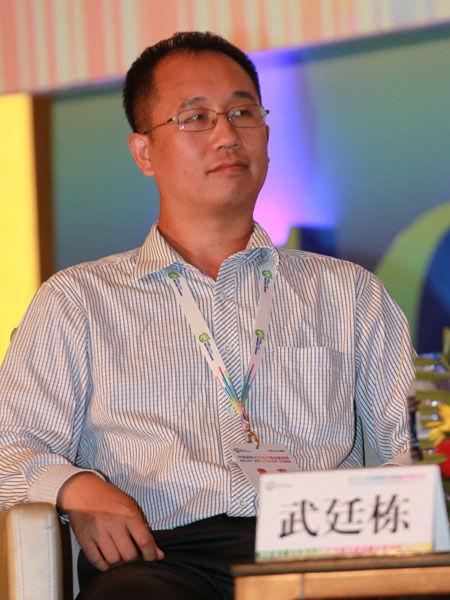 """""""2013中国国际太阳能高峰论坛""""于8月2日在大同市举行。上图为晶澳太阳能副总经理武廷栋。(图片来源:新浪财经 梁斌 摄)"""