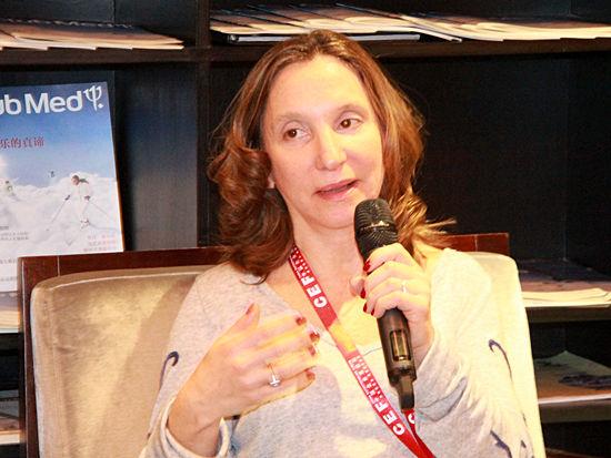 图为和睦家医疗集团董事长Roberta(李碧菁)在《女性论坛:生意和生活》发言。 (图片来源:新浪财经 刘海伟 摄)