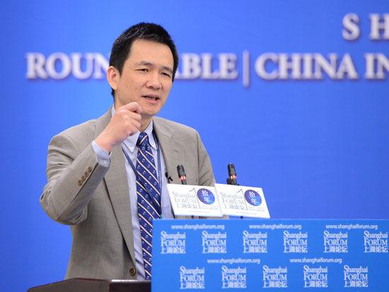 """""""上海论坛2015""""于5月23-25日在上海举行。上图为北边京父亲学国度展开切磋院院长姚洋。(图片到来源:新浪网)"""