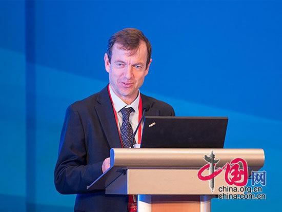 """由中国国际经济交流中心主办的""""第四届全球智库峰会""""于6月26日-27日在北京举办。上图为比利时欧洲政策研究中心主任丹尼尔-格罗斯。(图片来源:中国网)"""