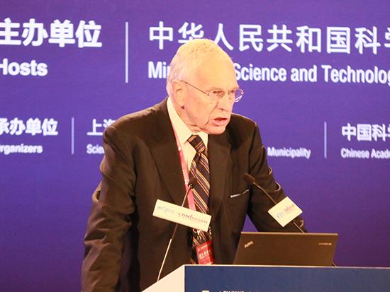 上图为诺贝尔经济学奖得主,新华都商学院院长Edmund Phelps (图片来源:新浪财经 顾国爱 摄)