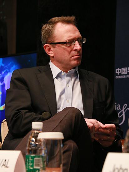 上图为中国美国商会主席Mark  DUVAL(图片来源:新浪财经 顾国爱 摄)