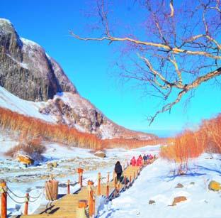 冬日长白山 冰雪火山岩和温泉水交织共存