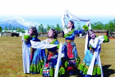 丽江宋城旅游区那措寨公园中的藏族美女们在进行歌舞表演