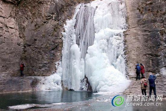 游客们在冰瀑前拍照留念。 王少勤 摄