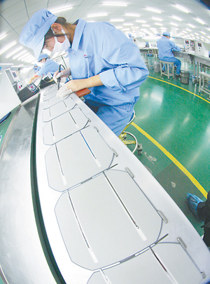 工人按产品质量要求生产太阳能电池组件_滚动