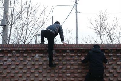 北京警察翻墙趴窗查获3100箱违禁烟花爆竹