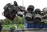 图文:集装箱货车装破护栏翻车