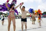 图文:游客与桑巴舞演员零距离互动
