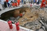 图文:北京朝阳区楼前马路突然塌方