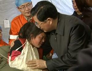 胡锦涛看望地震伤员安慰藏族受伤女孩