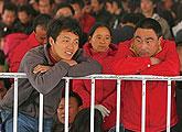 广州火车站等待回家的人们