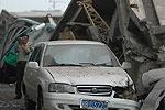 几辆车被塌下的桥压变形