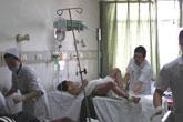 医护人员抢救伤者