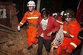消防队员从灾区救出群众