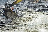 救援队用大型机械营救灾区村民