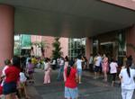居民在大楼外躲避地震