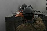救援队员向井下行进
