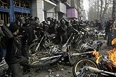 警察与抗议者发生冲突