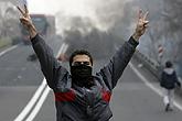 示威者举出胜利手势