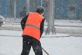 北京环卫工人忙扫雪