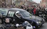 """华沙市民迎接卡钦斯基""""回家"""""""