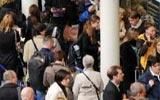 旅客排队购买欧洲之星车票