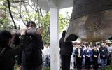 上海学子冒雨哀悼遇难者