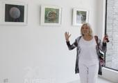 茹斯-艾希红在展区观看布展