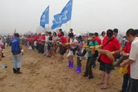 大连2000多名志愿者参与清污