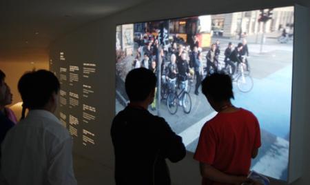 """哥本哈根街头,人们停住自行车,目送""""小美人鱼""""离乡别土"""