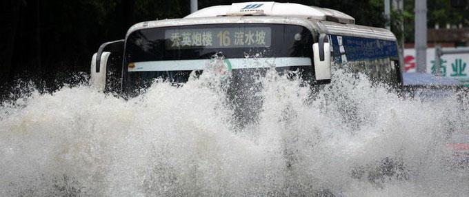 海口多条路段出现大面积积水