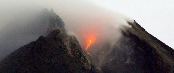 印尼默拉皮火山喷出熔岩与浓烟