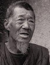 """生病的爷爷:""""生病了忍着""""是村民的药方"""