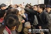 仪式现场群众领取世园会宣传魔卡