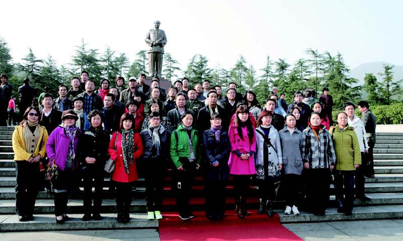 学员在韶山主席纪念广场前