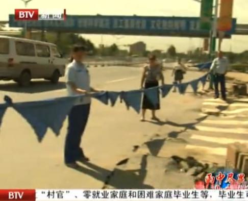 北京公交车乘客暴雨中合力营救多人