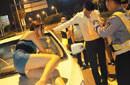 醉酒女子穿着暴露遥控开车挑衅交警