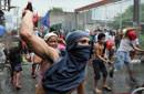 菲律宾民众抗议拆迁棚户区与警方冲突