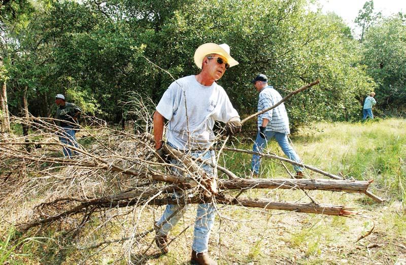 美国前总统小布什在私人有机农场劳动。