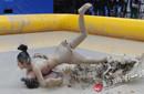 重庆上演比基尼美女泥浆摔跤赛