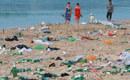 游客赏月留海滩50吨垃圾