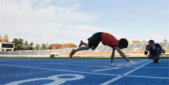 2012年11月15日,日本东京,伊藤健一四肢着地,像猴子一样跑了一百米,用时17.47秒。