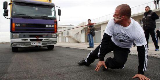 """2012年11月14日,格鲁吉亚鲁斯塔维,拉沙·帕特拉亚用耳朵拉动八吨重卡车,创""""世界最壮耳朵""""纪录。"""