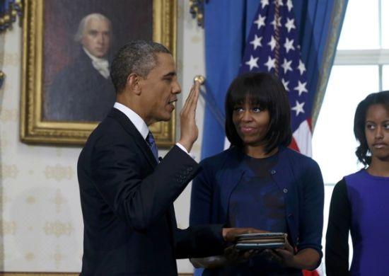 1月20日,美国总统奥巴马在白宫蓝厅手按圣经宣誓就任总统第二任期